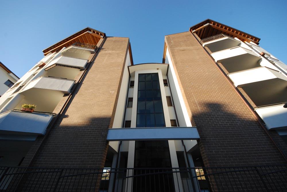 Trentuno alloggi e quattro locali commerciali, suddivisi in tre blocchi con tipologia a schiera, palazzina e locali commerciali.